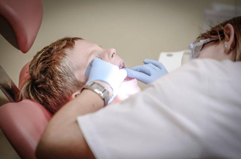 تسوس الاسنان الامامية وعلاجها